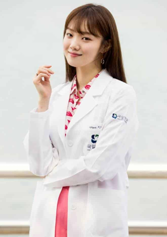 Pemain Drama Korea Doctors - Lee Sung-Kyung pemeran Jin Seo-Woo