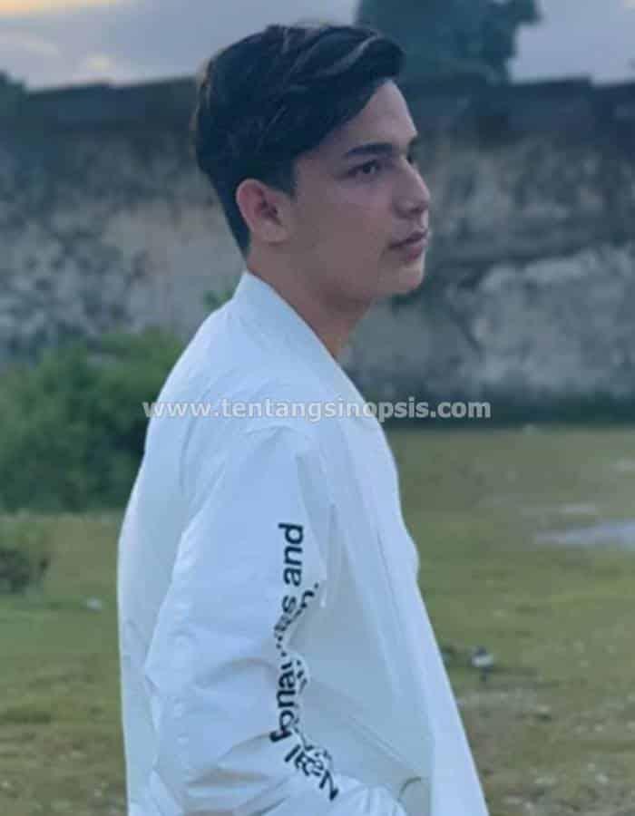 Pemain Dari Jendela SMP - Adam Weidenhaus sebagai Enzo